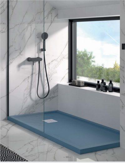 Plato de ducha enmarcado con textura lisa.